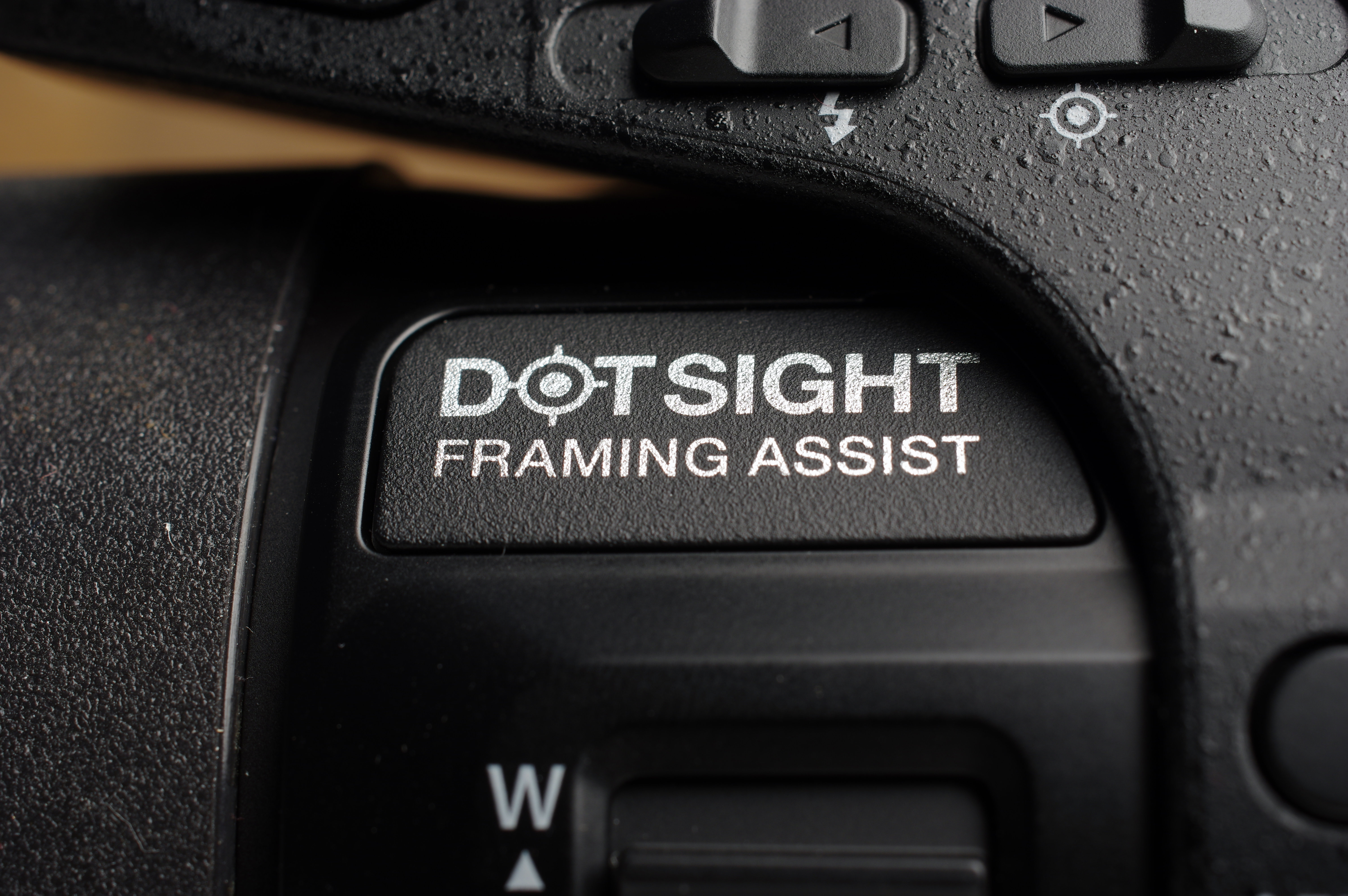 "The ""dotsight"" helps keep track of subjects while zoomed in."