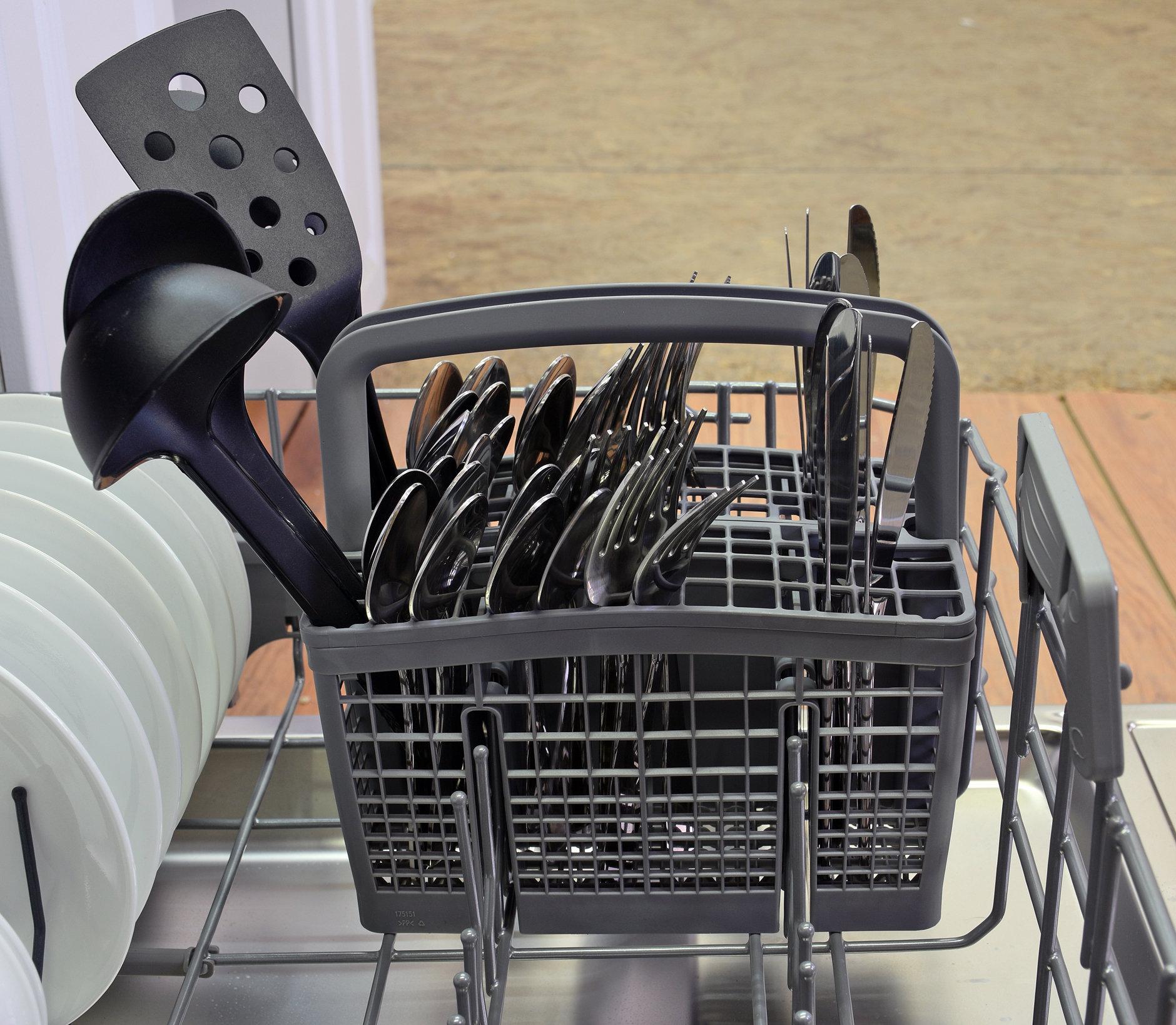 Blomberg DWT57500SS silverware basket capacity