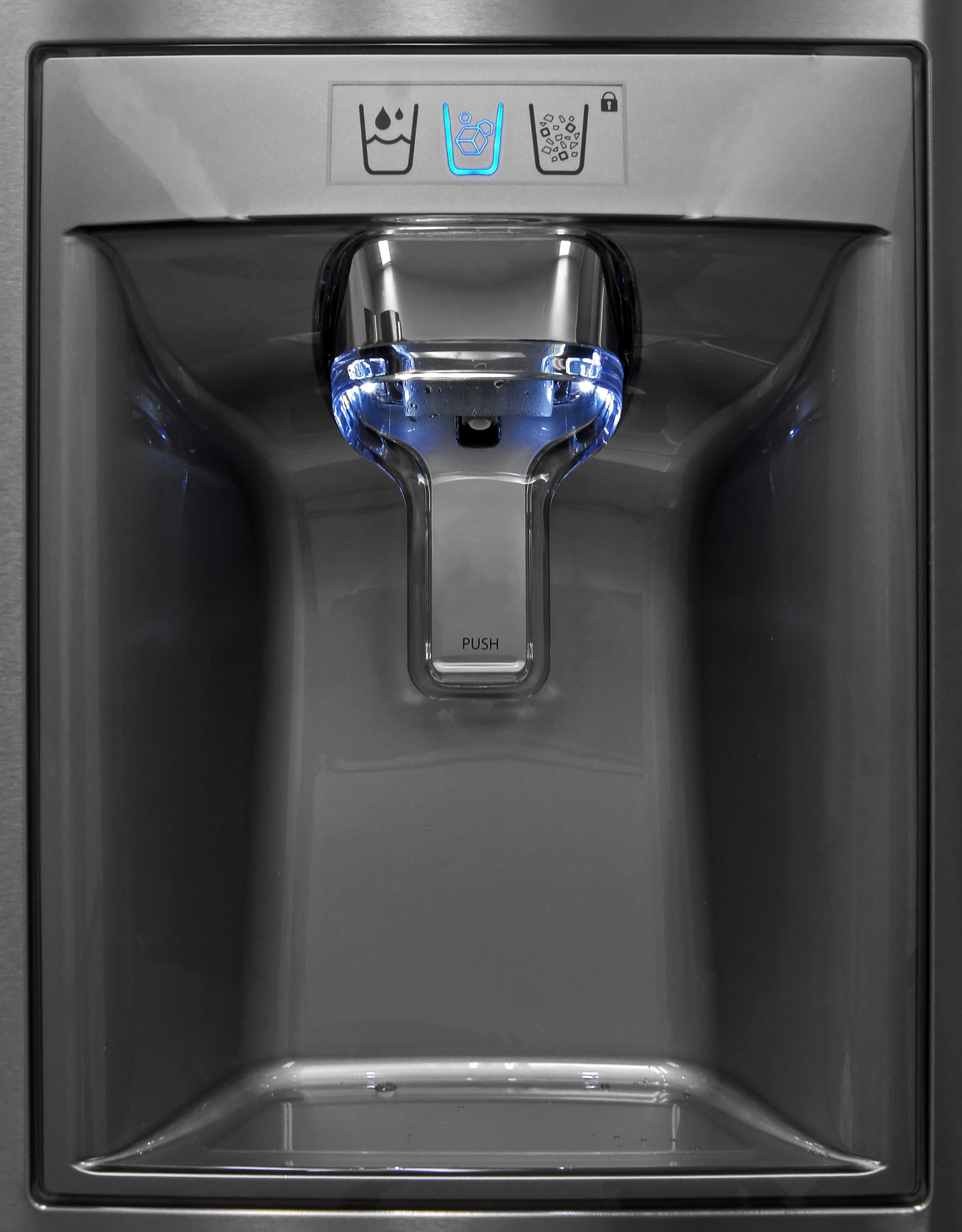 With the rest of the controls inside the Kenmore Elite 72483, the dispenser has an elegant and minimalist style.