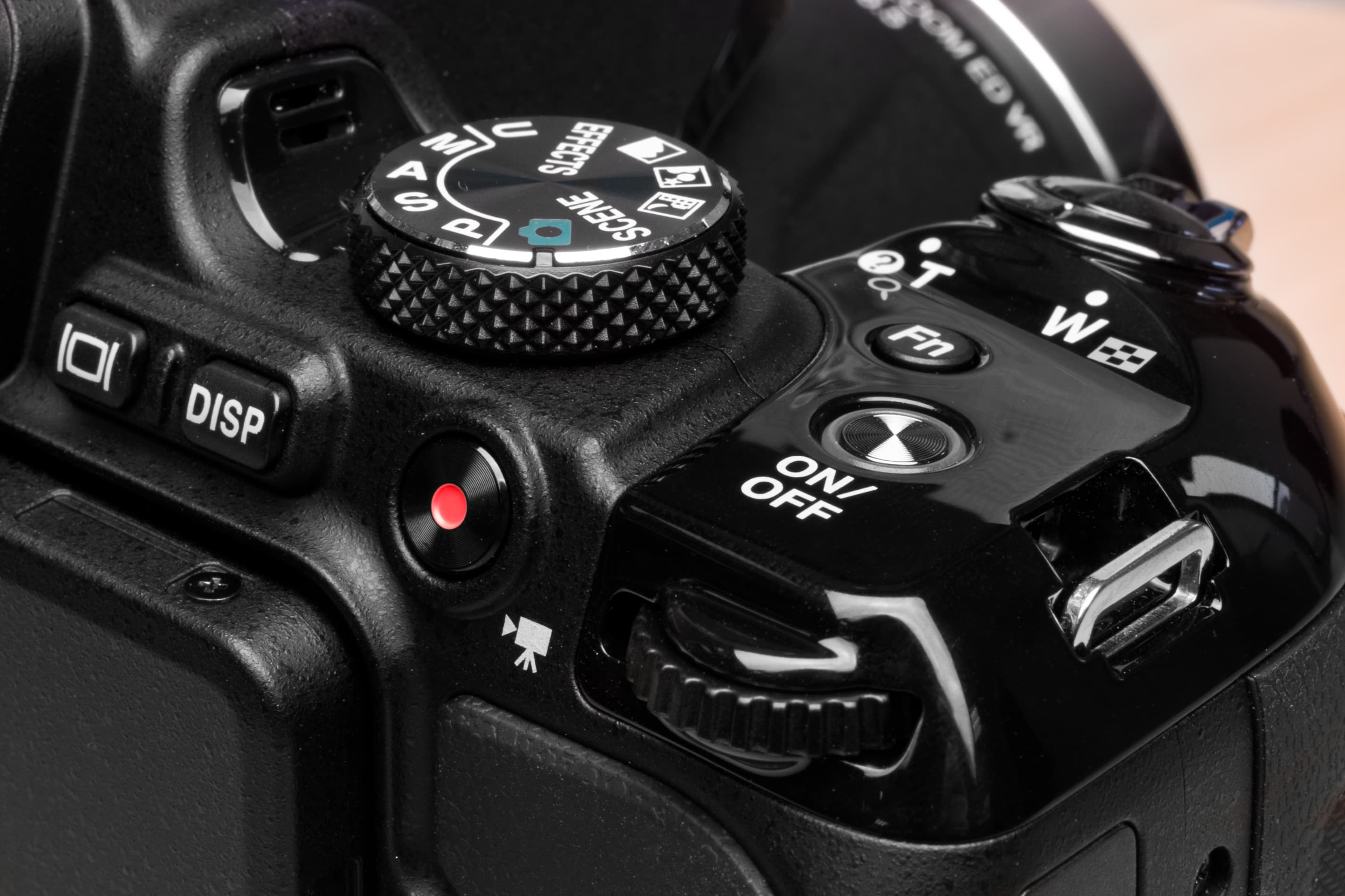A picture exploring the Nikon Coolpix P600 closer.