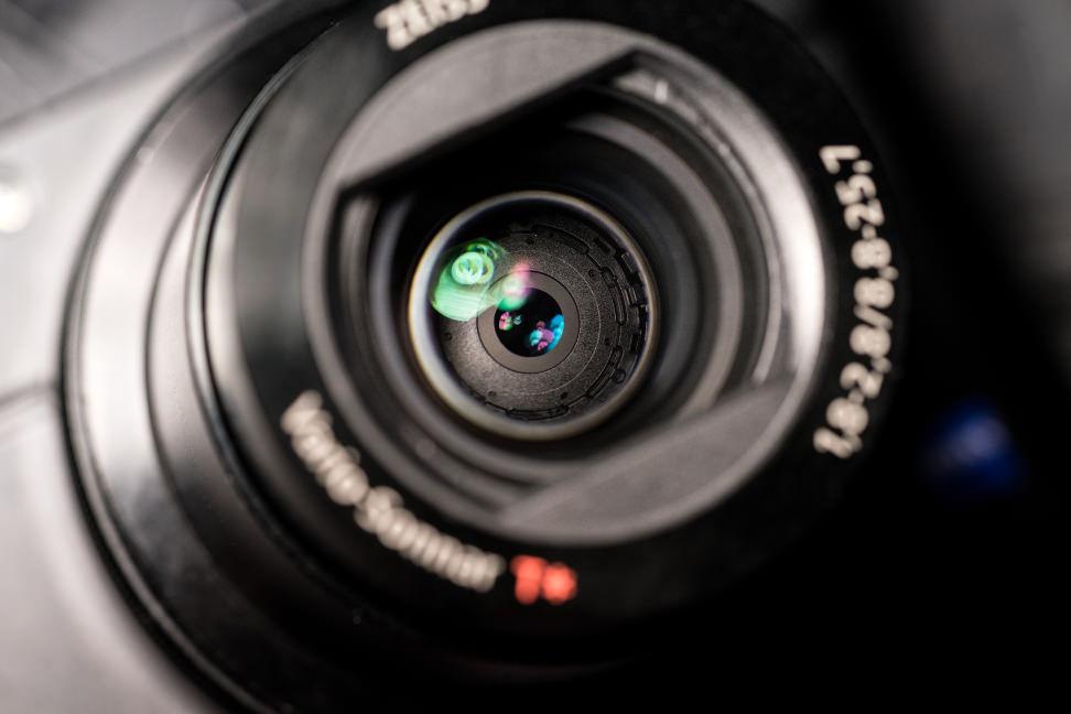 Sony Cyber-Shot RX100 IV Design Lens