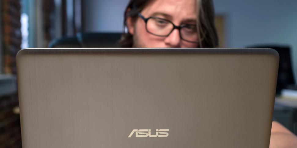 Asus VivoBook E403SA Display