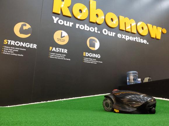 Hottest-Robots-of-IFA-Robowmow.jpg